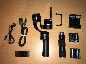 中身は、ジンバル本体、グリップ、電池4本、充電器、USBケーブル、ビデオケーブルなどが入っています。